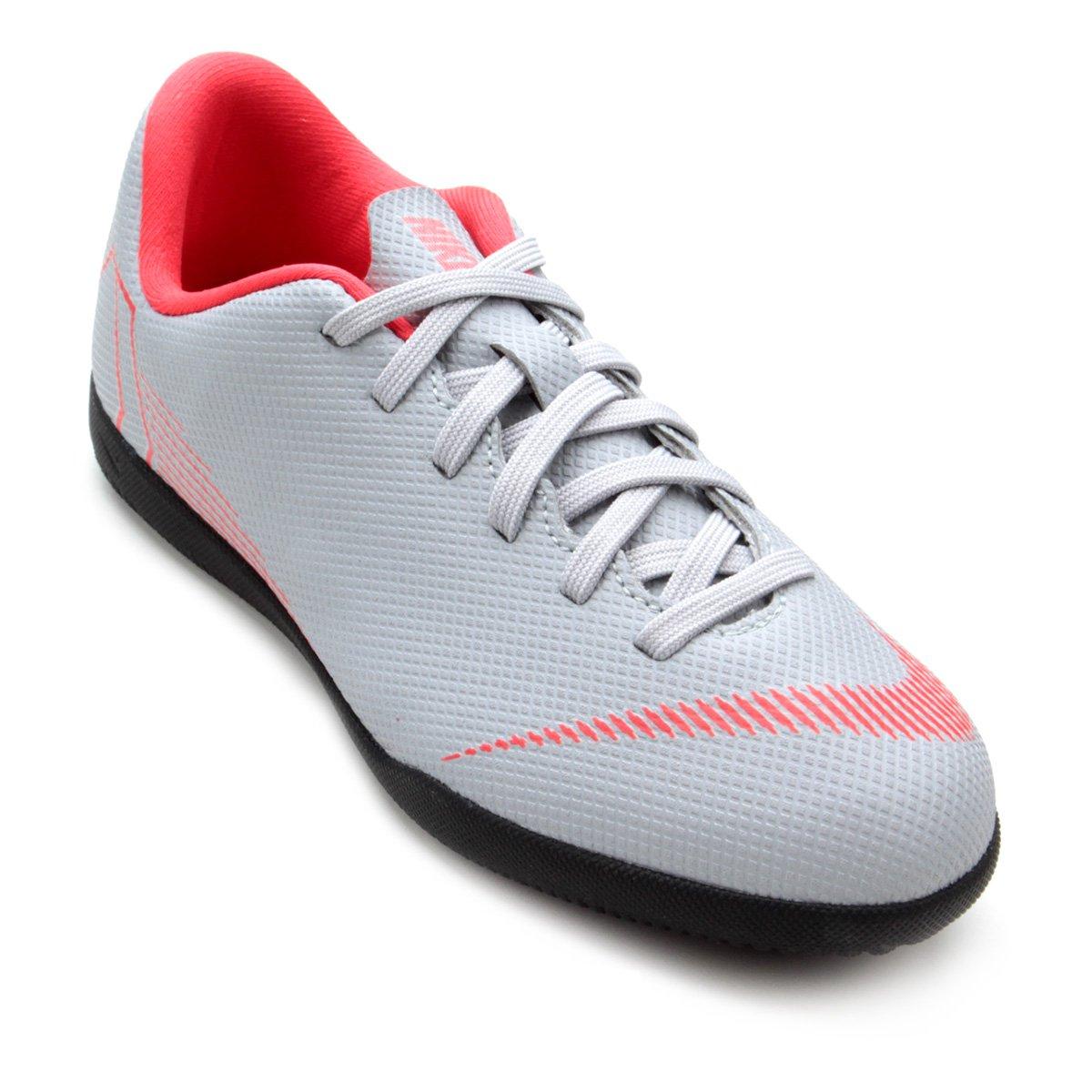 41c52daa72 Chuteira Futsal Infantil Nike Mercurial Vapor 12 Club - Cinza ...